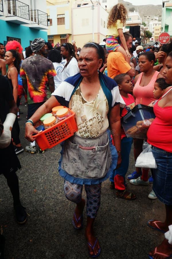 gatasäljare under karnevalet arkivbild