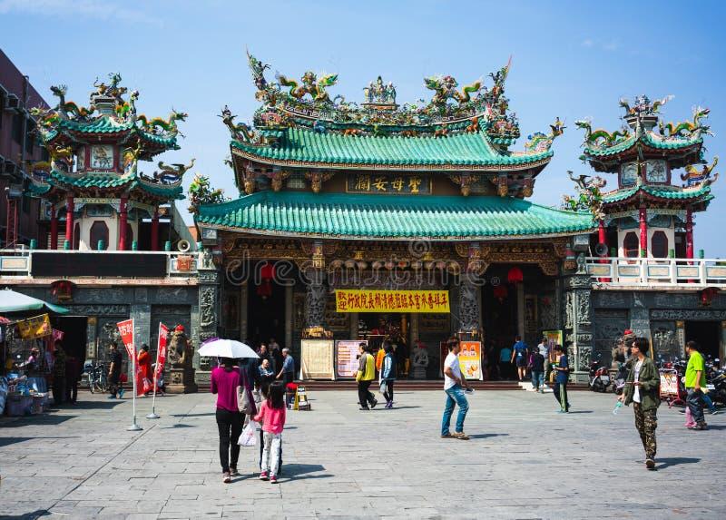 Gatasikt av den Anping kaitaimatsu templet under kinesiska berömmar för nytt år i det Anping området royaltyfri bild