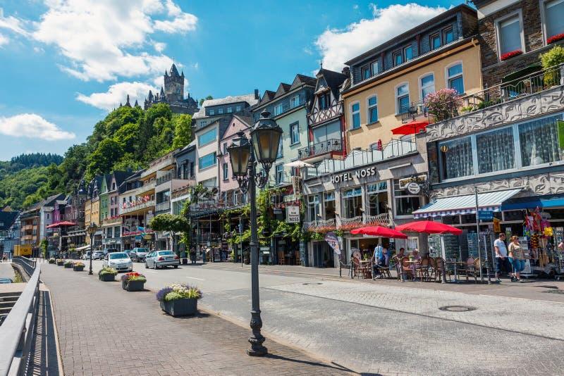 Gatasikt av den Cochem staden i Tyskland arkivbilder