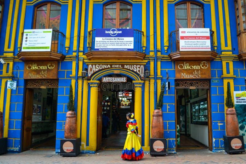 Gatasikt av den färgrika Bogotaen i Colombia arkivbilder