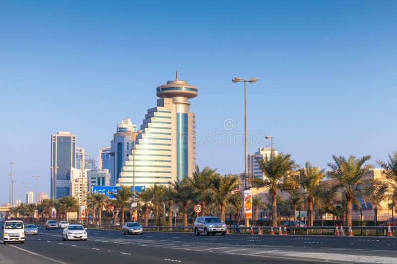 Gatasikt av den Manama staden, huvudstad av det Bahrain kungariket royaltyfri fotografi