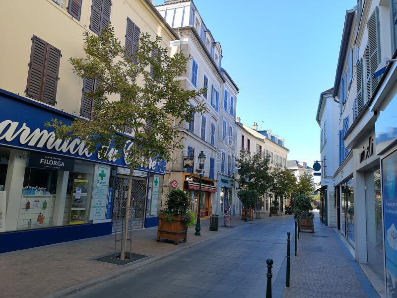 Gatasikt av den Rueil Malmaison staden royaltyfria foton