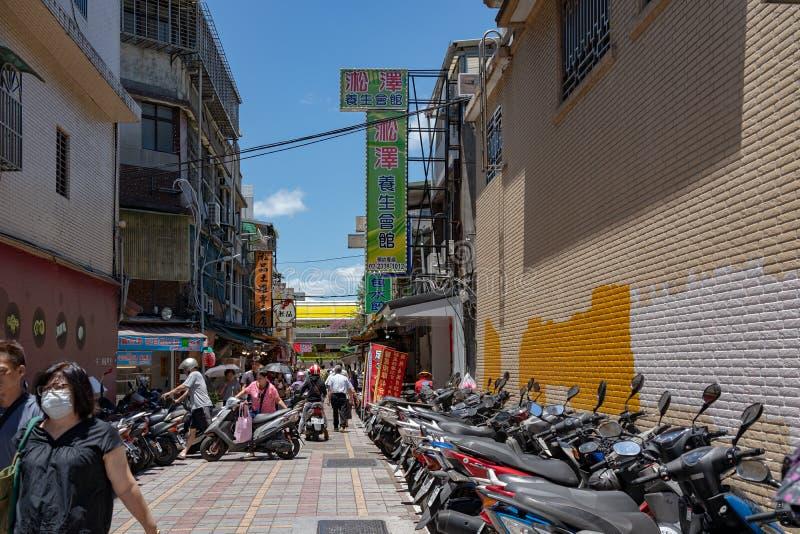 Gatasikt av det närliggande Wanhua området den berömda Lungshan templet i Taipei, Taiwan royaltyfria foton