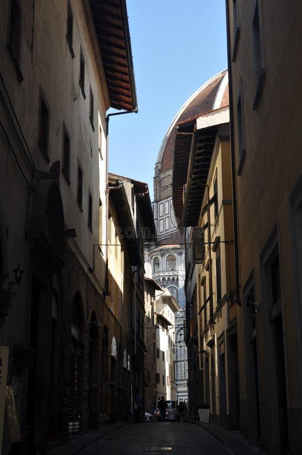 Gatasikt av domkyrkan Santa Maria Del Fiore i Florence royaltyfria foton
