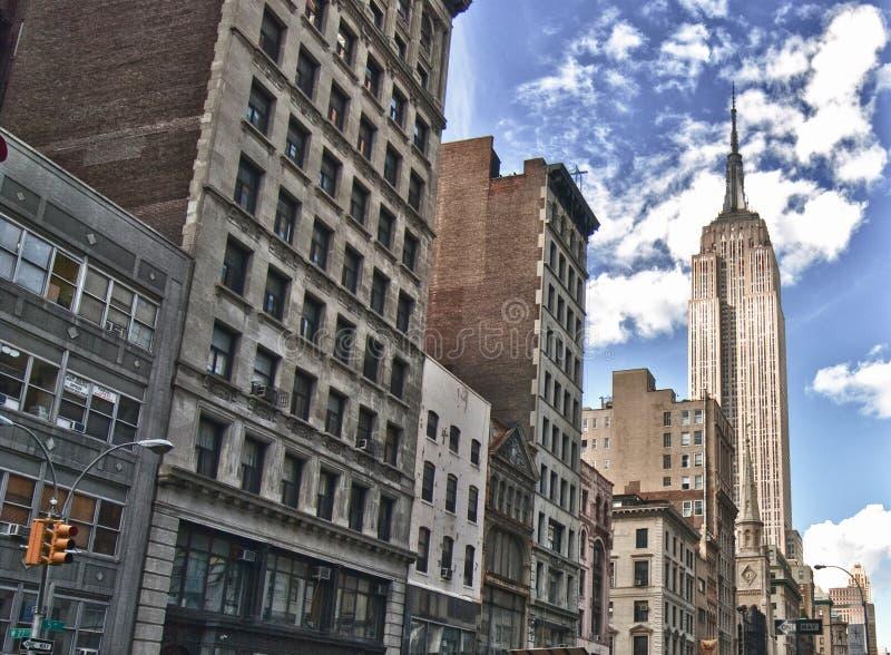 Gatasikt av Empire State Building arkivbild