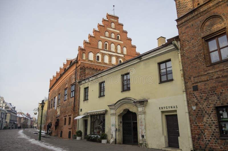 Gatasikt av Kaunas den gamla staden med medeltida traditionella hus för tegelsten royaltyfria foton