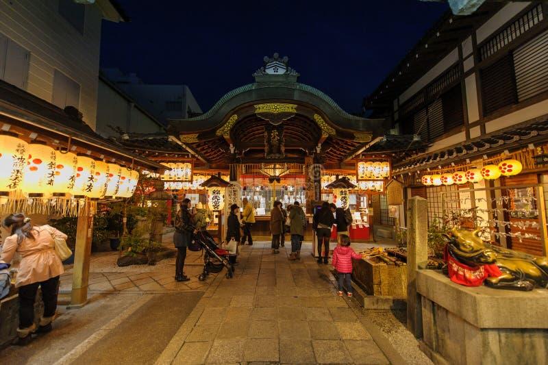 Gatasikt av Kyoto på natten royaltyfri foto