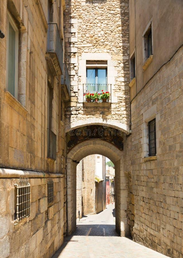 Gatasikt av medeltida Girona royaltyfri bild