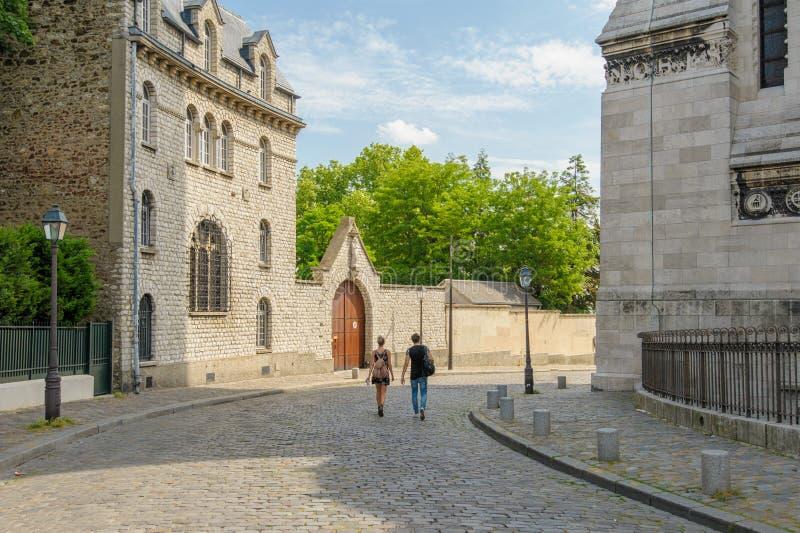 Gatasikt av Montmartre i dagsljus arkivfoton