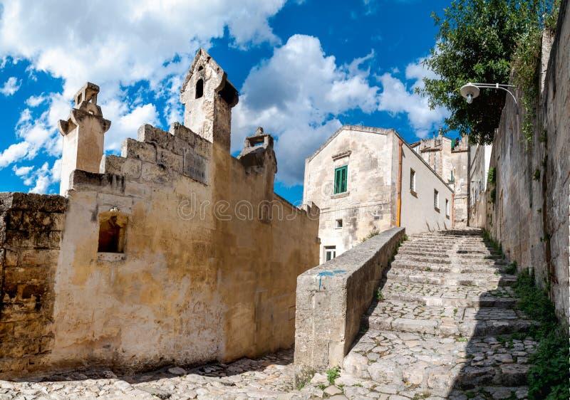 Gatasikt av passagen och trappa i forntida Sassi di Matera arkivbild