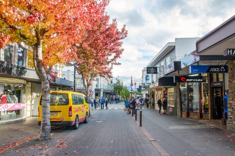 Gatasikt av Queenstown i Nya Zeeland royaltyfri bild