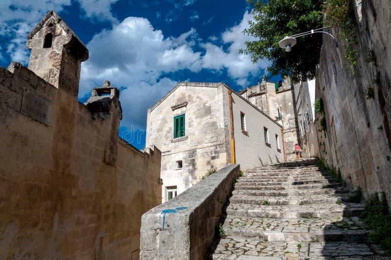 Gatasikt av trappa i forntida Sassi di Matera royaltyfri bild