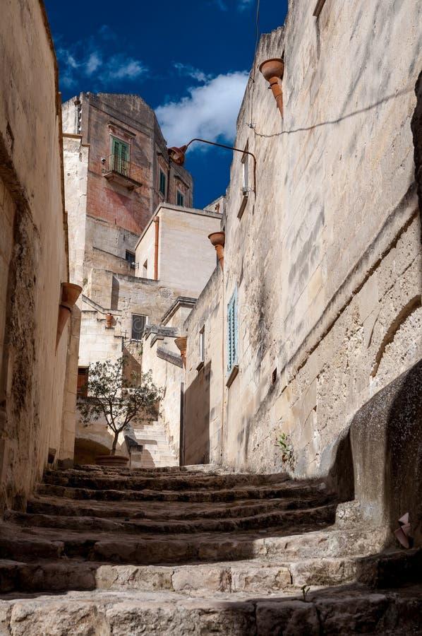 Gatasikt av via San Martino i Matera den forntida staden arkivbilder