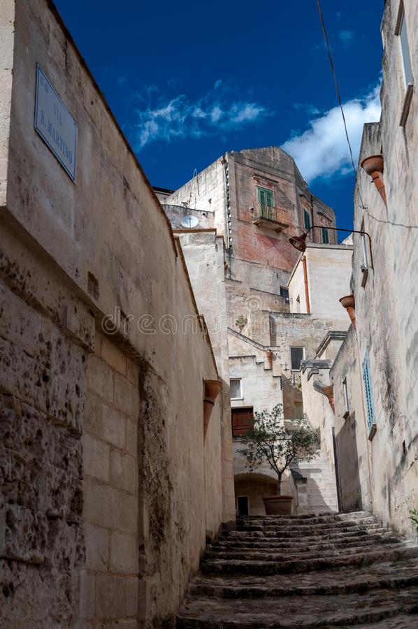 Gatasikt av via San Martino i Matera den forntida staden royaltyfri fotografi