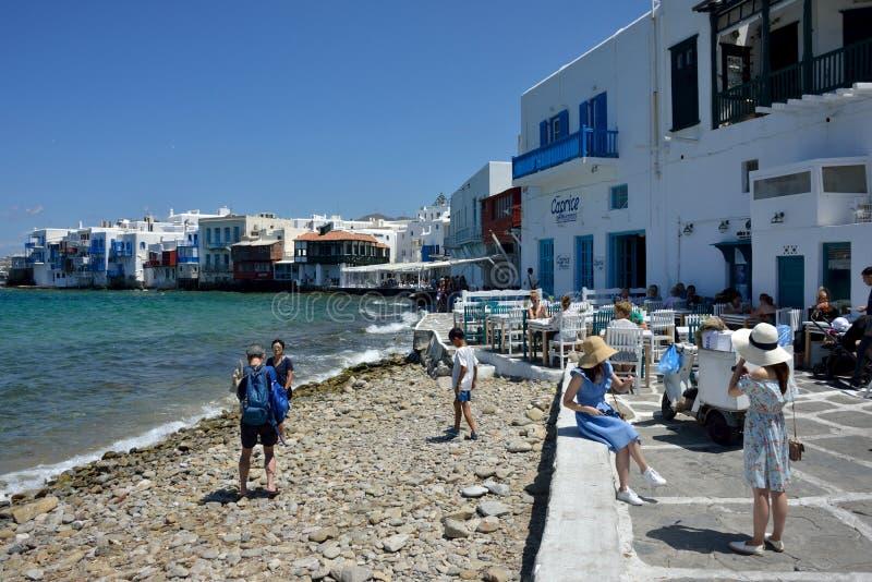 Gatasikt i den lilla Venedig i Mykonos med turister som går nära havet royaltyfria bilder