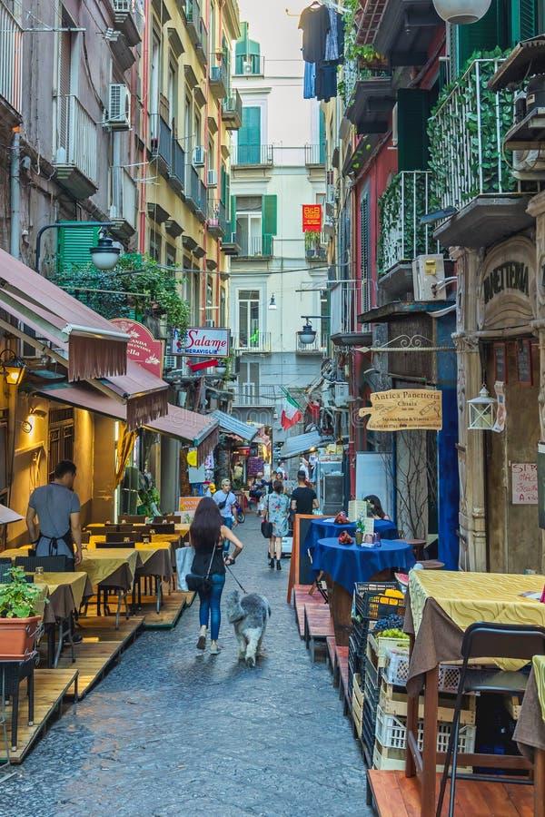 Gatasikt i den spanska grannskapen i Naples Italien 30 06 Italien 2018 arkivbilder