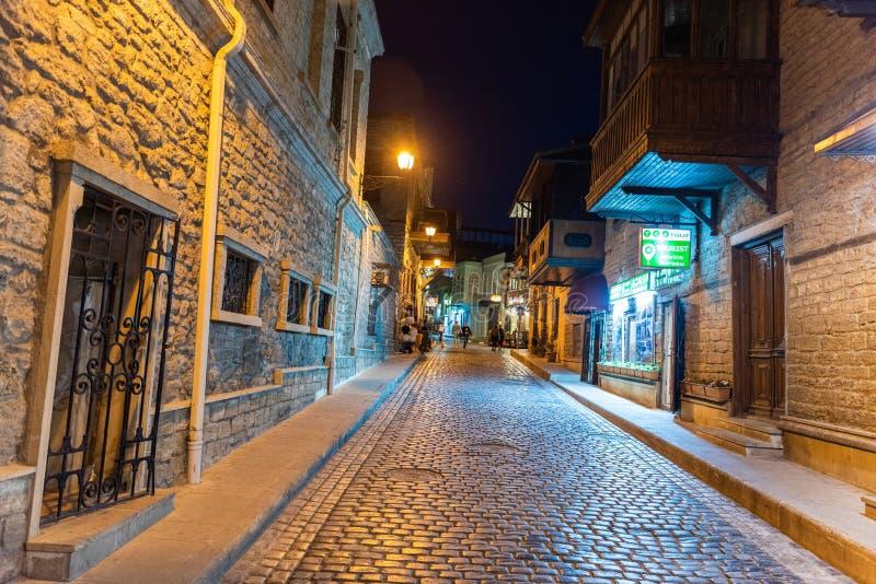 Gatasikt i Icherisheher den gamla staden av Baku, Azerbajdzjan royaltyfria foton