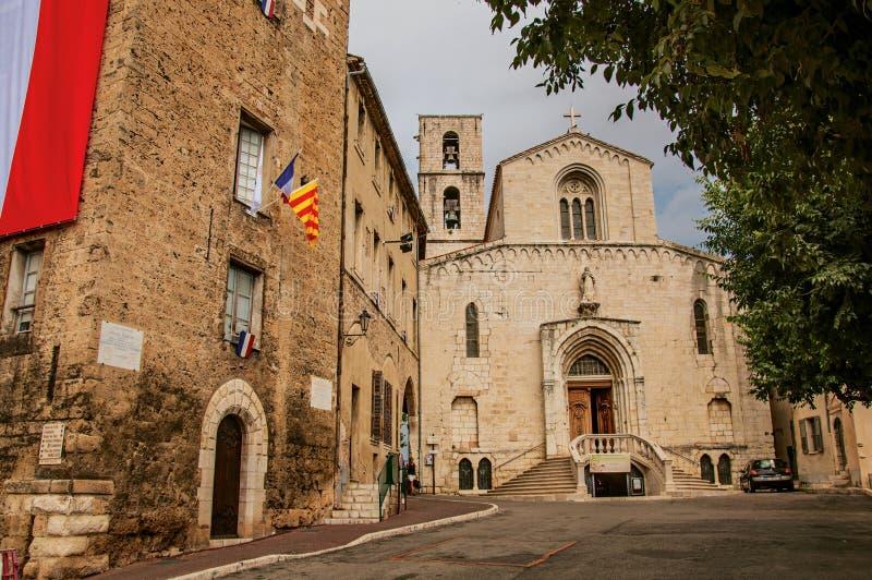 Gatasikt med den gammal kyrkan och byggnad i centret av Grasse royaltyfri bild