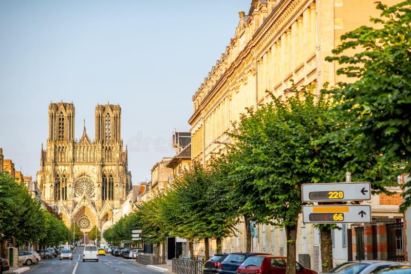 Gatasikt med domkyrkan i den Reims staden, Frankrike arkivfoto
