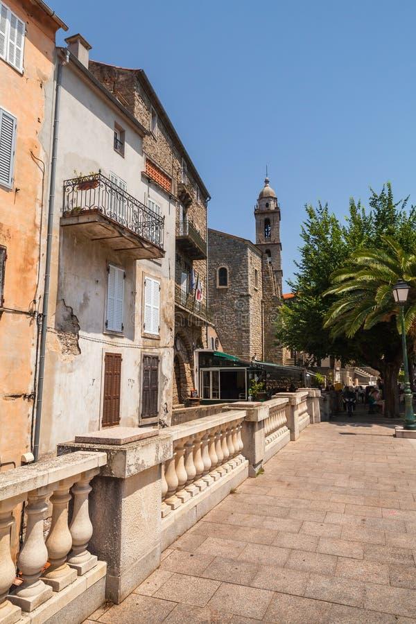 Gatasikt med klockatornet Sartene Korsika arkivfoton