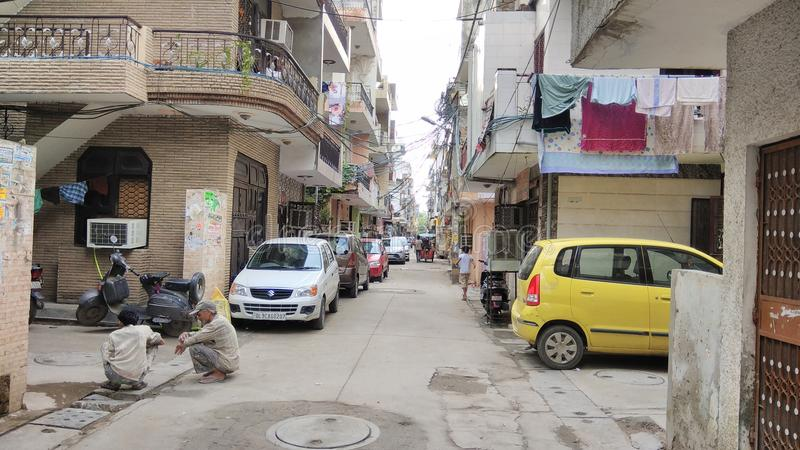 Gatasikt med Maruti bilar fotografering för bildbyråer