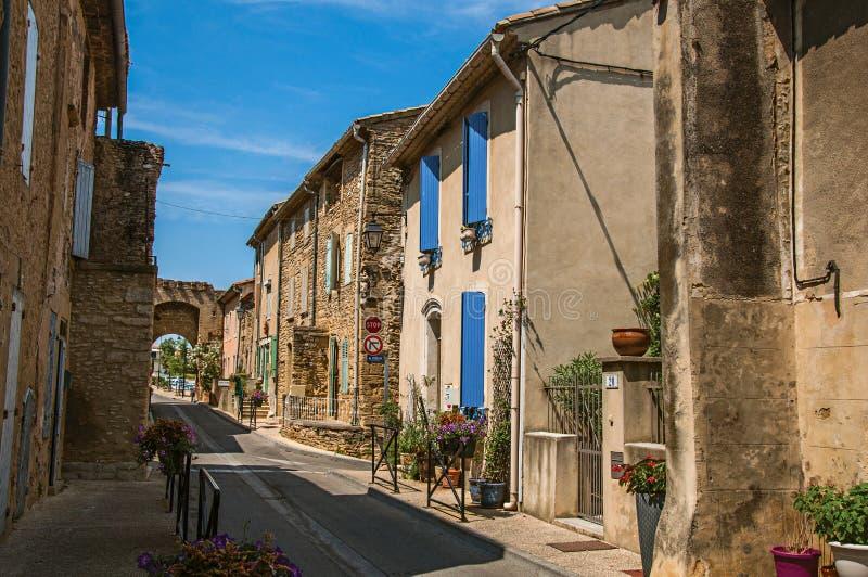 Gatasikt med stenhus i centret av Chateauneuf-du-Pape liten by royaltyfri fotografi