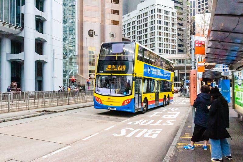 Gatasikt med trafik och byggnader i centralen, Hong Kong arkivfoto