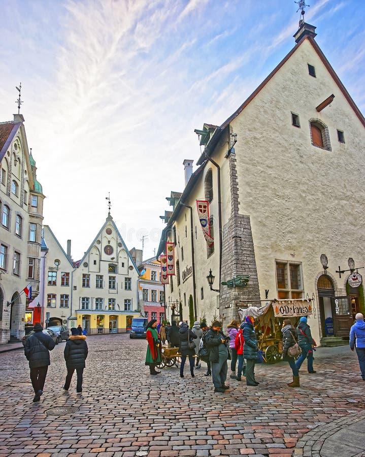 Gatasikt nära den Olde Hansa restaurangen i den gamla staden av Tallin royaltyfria foton