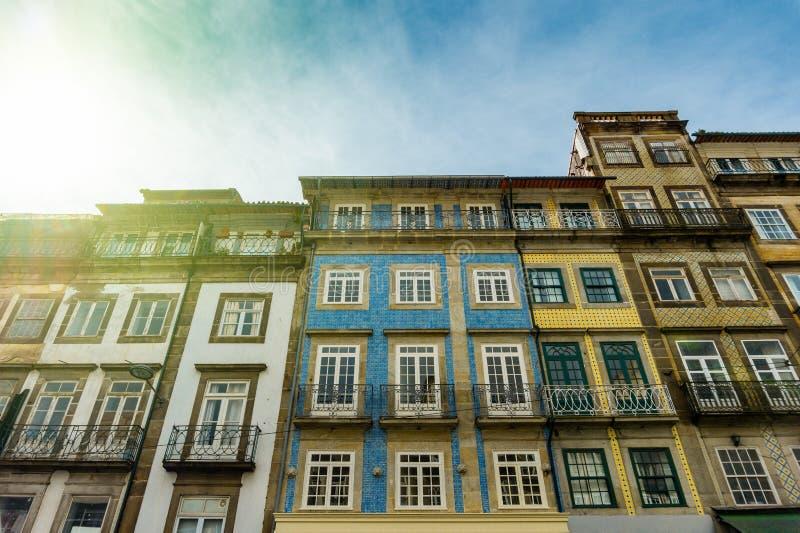 Gatasikt på de gamla byggnaderna med portugisiska tegelplattor på fasaderna i Porto arkivbilder