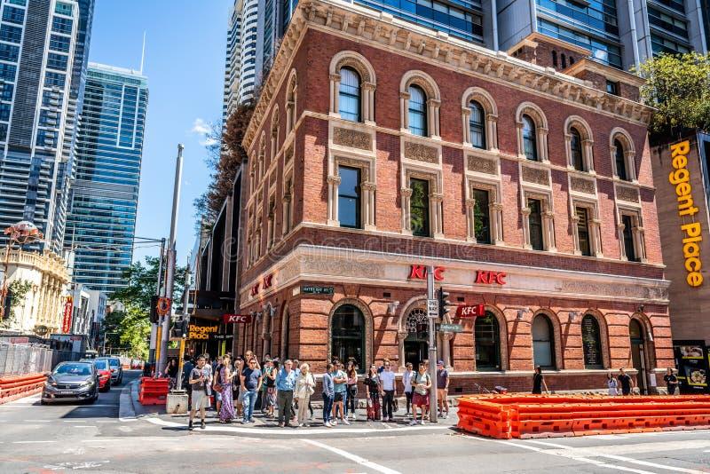 Gatasikt på korsningen av den George och Bathurst gatan med KFC i gammalt tegelstenbyggnad och folk i Sydney NSW Australien arkivfoton