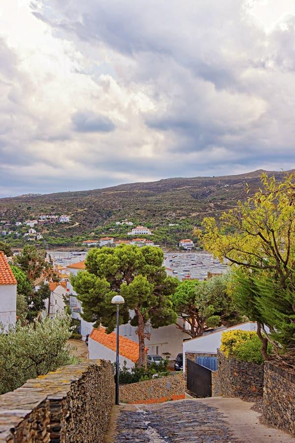Gatasikt till Cadaques och hamn i sommar royaltyfri fotografi