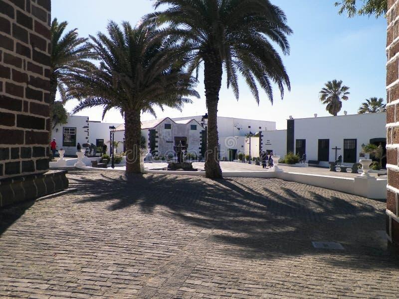 Gatasikten av huvudsaklig promenad i Yaiza, Lanzarote är arkivbilder