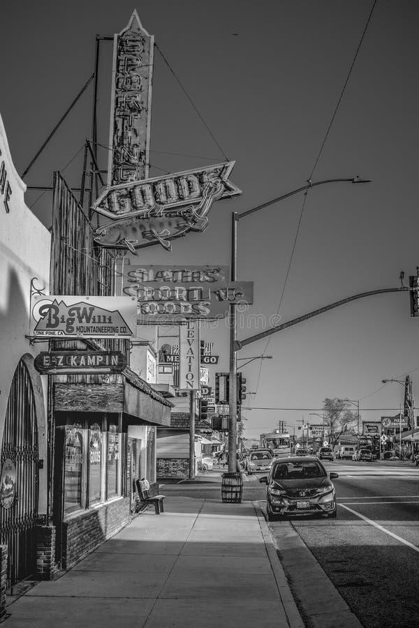 Gatasikten i den historiska byn av ensamt s?rjer - ENSAMT S?RJA CA, USA - MARS 29, 2019 royaltyfri foto