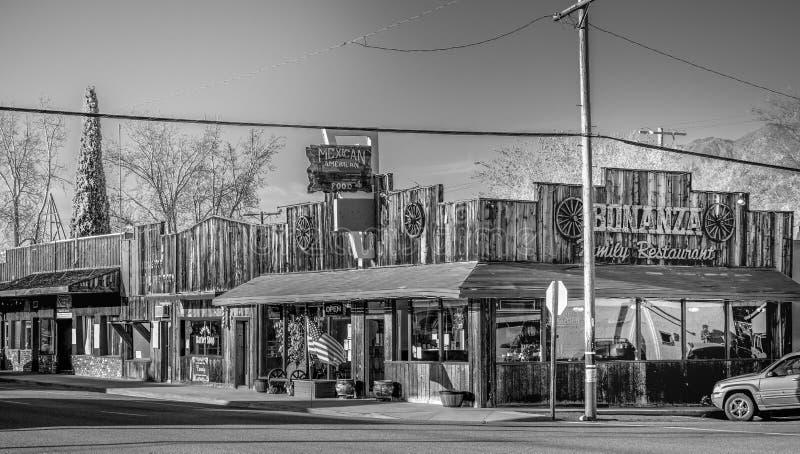 Gatasikten i den historiska byn av ensamt s?rjer - ENSAMT S?RJA CA, USA - MARS 29, 2019 arkivbild