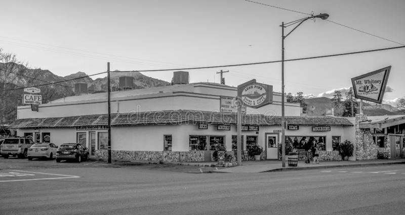 Gatasikten i den historiska byn av ensamt s?rjer - ENSAMT S?RJA CA, USA - MARS 29, 2019 arkivbilder