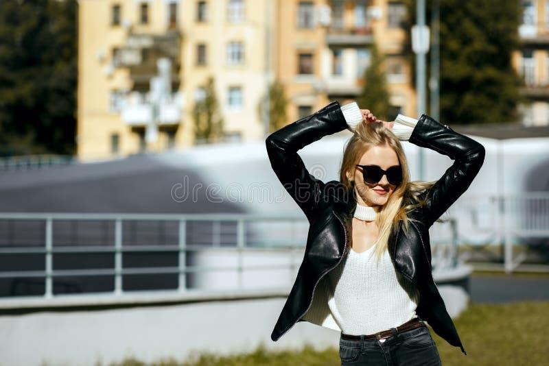Gataskott av att bedöva den blonda flickan med omslaget och exponeringsglas för långt hår det bärande Töm utrymme fotografering för bildbyråer