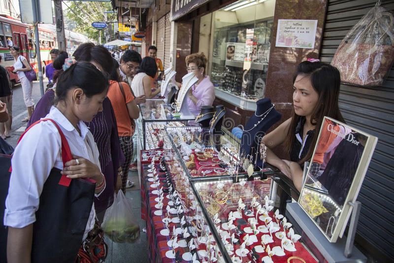 Gatasmycken shoppar i Bangkok royaltyfria foton