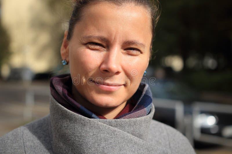 Gatastående av närbilden för ung kvinna Flickaframsida royaltyfria foton