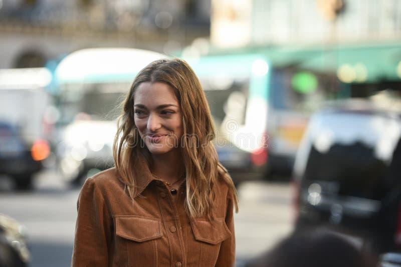 Gatastildräkter på den Paris modeveckan royaltyfri fotografi
