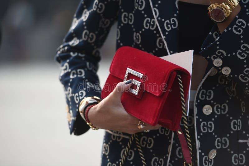 Gatastildräkter på Milan Fashion Week arkivbilder