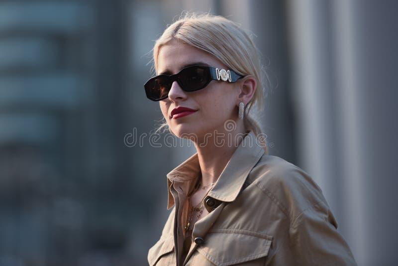 Gatastildräkter på Milan Fashion Week royaltyfria foton