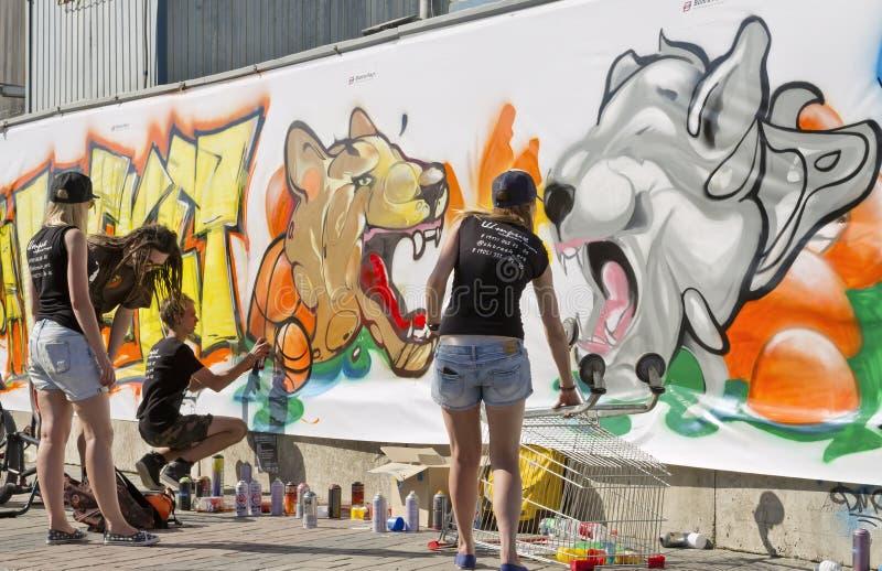 Gatastridteckningen - grafitti på temat: Sporten är min arkivbilder
