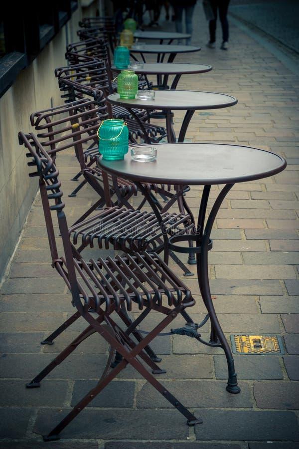 Gatatabeller av ett kafé royaltyfria bilder