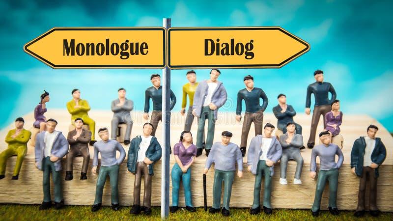 Gatatecken att f?ra dialog kontra monologen fotografering för bildbyråer