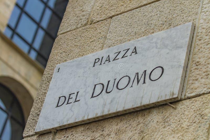 Gatatecken av piazza del Duomo i Milan, Italien arkivbild