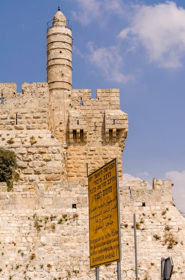 Gatatecken framme av tornet av David och gamla stadsväggar i Jerusalem, Israel arkivbilder