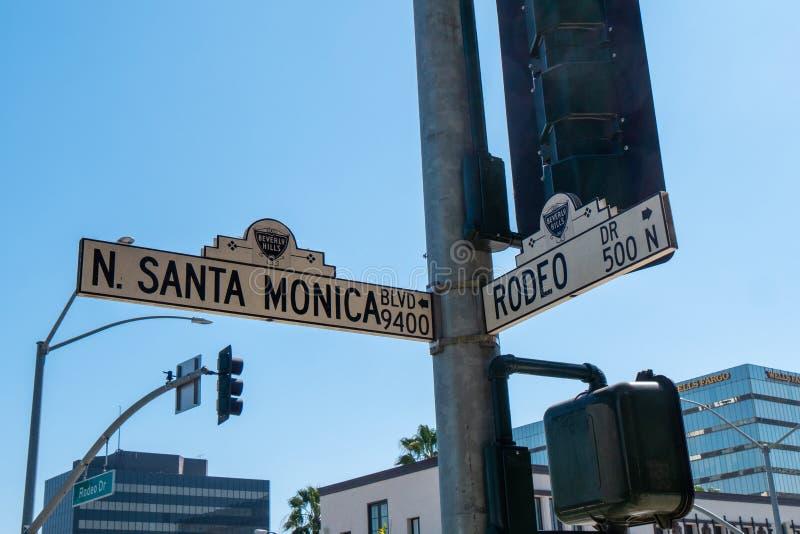 Gatatecken Santa Monica Blvd och Rodeo Drive i Beverly Hills - KALIFORNIEN, USA - MARS 18, 2019 arkivbilder