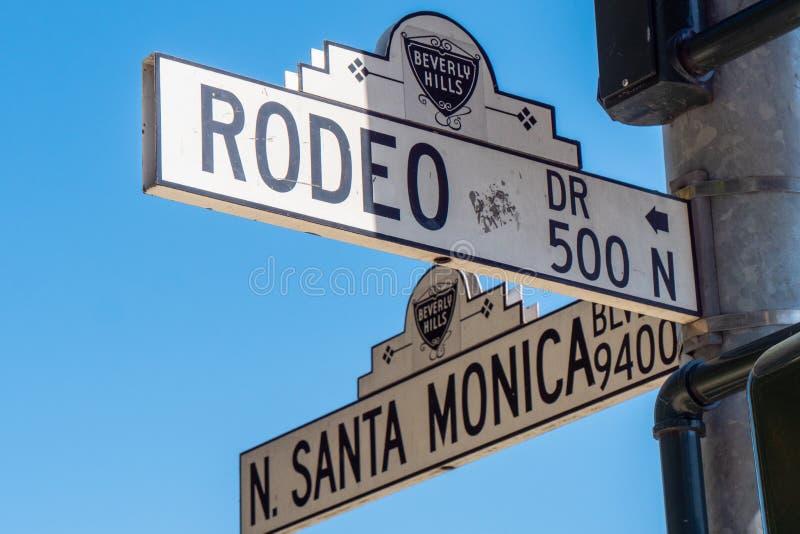 Gatatecken Santa Monica Blvd och Rodeo Drive i Beverly Hills - KALIFORNIEN, USA - MARS 18, 2019 royaltyfria bilder