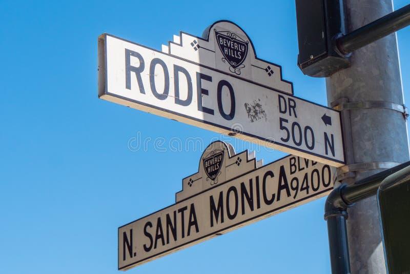 Gatatecken Santa Monica Blvd och Rodeo Drive i Beverly Hills - KALIFORNIEN, USA - MARS 18, 2019 arkivfoton