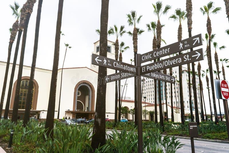 Gatatecknet och i bakgrunden är unionstationen som lokaliseras i Los Angeles - USA arkivbilder